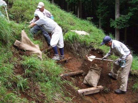 写真:県自然公園指導員有志との協力による軽易な登山道の補修