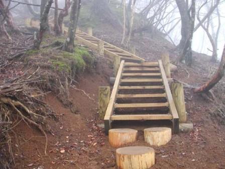 写真:登山道に設置した構造階段