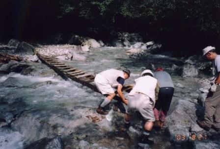写真:登山道の橋を補修する県自然公園指導員有志の皆さん