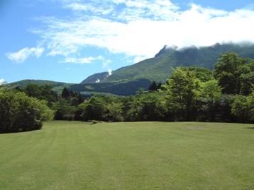 冠ヶ岳と大涌谷を見晴らすことができる、白百合台園地の広場の写真