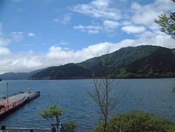 湖畔ふれあい園地より見晴らした外輪山と芦ノ湖の景色の写真