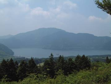 金太郎岩展望台から芦ノ湖と外輪山の眺めを写した写真