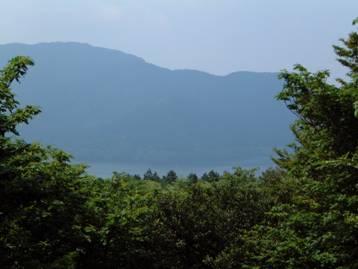 舟見岩展望台から芦ノ湖と外輪山を写した写真