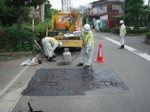 アスファルト乳剤を道路に散布した写真