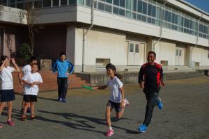 リレーをする生徒とヤレド選手