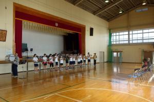 演奏を披露する生徒たち