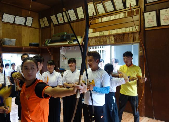 弓道を体験するブータンの方々